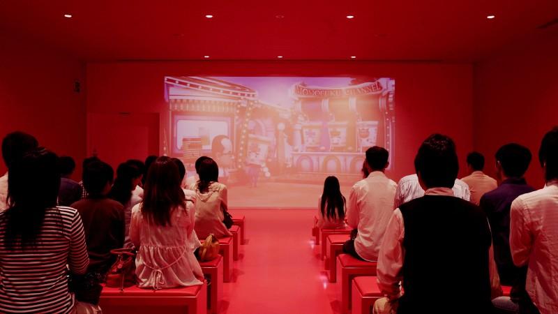 シアターの内装は、壁もシートも真っ赤に統一。104名収容のミニシアターが2つあり、約14分間の映像プログラムをお楽しみいただけます。