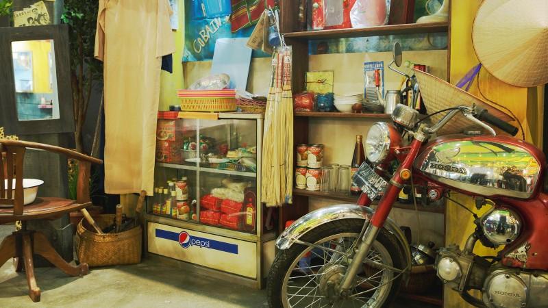 NOODLES BAZAARには、アジア各国から取り寄せた家具や道具、小物などがいっぱい。座っているだけでも楽しくなるような空間です。