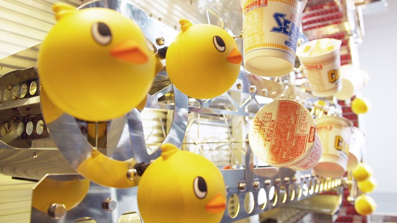 Hiyokochan (small chicken mascot) and CUPNOODLES in the lane entertain viewers with a variety of movements.