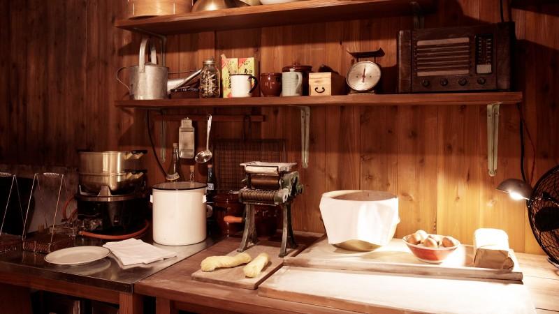 """小屋真实再现了1958年3月5日黎明即将完成""""鸡汤拉面""""的安藤百福结束工作后刚入睡时的场景。"""